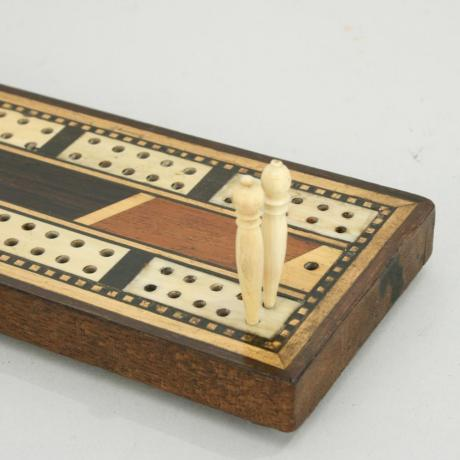 22717 ANTIQUE CRIBBAGE BOARD.